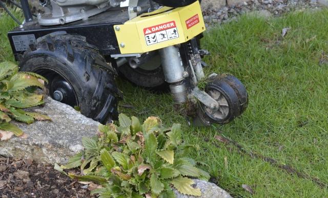 Styrekablet blev lagt ned i kanten af plænen med en maskine.
